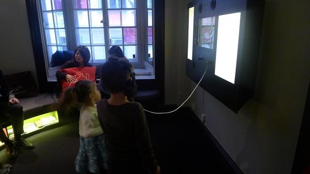 Các vị khách nhỏ tuổi khám phá bảo tàng.