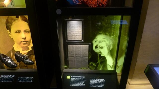 Một phần quan trọng của bảo tàng Nobel là khu trưng bày về những người nổi tiếng từng đoạt giải Nobel và các sáng tạo của họ.