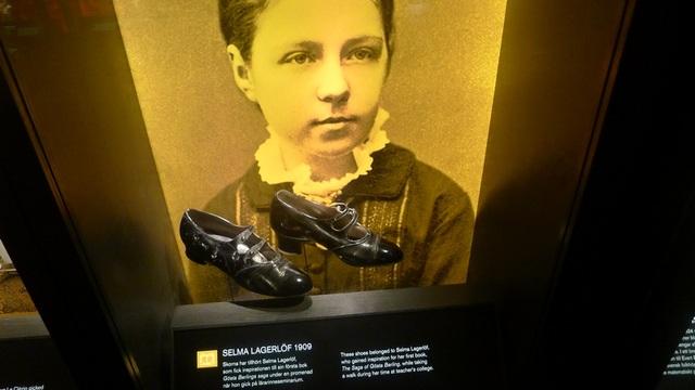 ... hay đôi giày là những vật dụng cá nhân của những người từng đoạt giải Nobel.