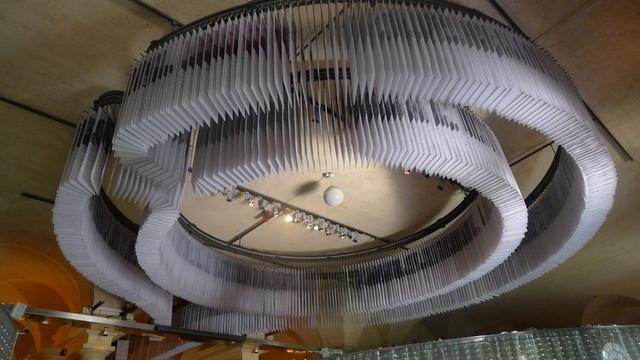 Chân dung của các chủ nhân giải Nobel được sắp xếp giống hình chiếc đèn chùm khổng lồ, đẹp mắt.