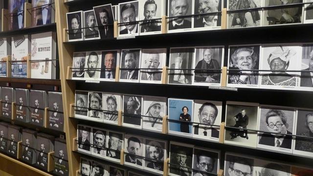 Chân dung của những người từng đoạt giải Nobel tại quầy lưu niệm của bảo tàng.