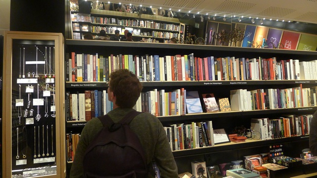 Cửa hàng lưu niệm của bảo tàng bán nhiều sách và các món quà lưu niệm liên quan tới các nhân vật từng đoạt giải Nobel.