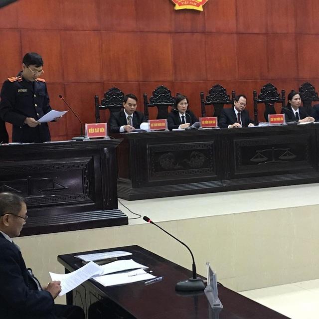 Đại diện VKSND tỉnh Quảng Ninh công bố bản cáo trạng Truy tố bị cáo Doãn Trung Dũng về hai tội danh: giết người và cướp tài sản.