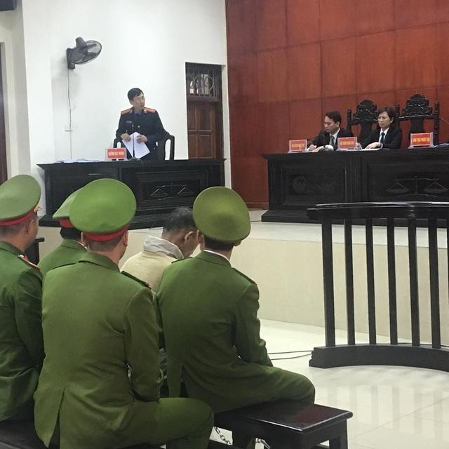 Doãn Trung Dũng gục đầu nghe vị đại diện VKS đọc bản luận tội.