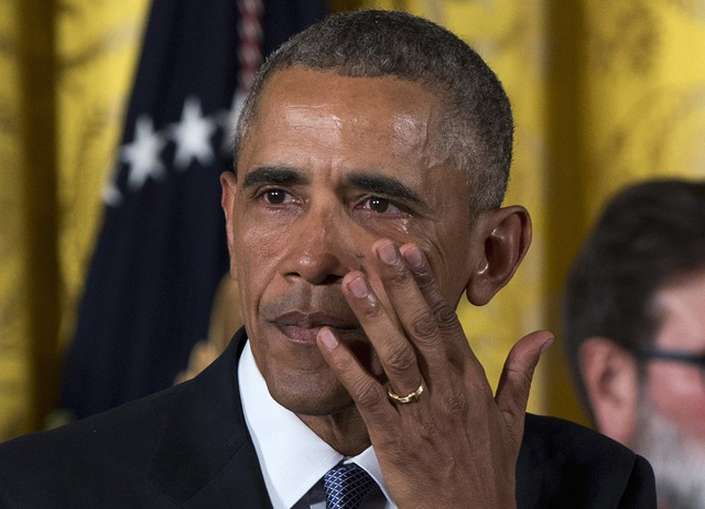 """Tháng 1/2016, Tổng thống Mỹ Barack Obama đã rơi lệ khi phát biểu về những biện pháp mà chính quyền của ông đã làm để ngăn chặn tình trạng xả súng đáng lo ngại tại Mỹ. """"Mỗi lần nghĩ đến những đứa trẻ, tôi lại như phát điên"""", Tổng thống Obama nói về vụ thảm sát tại trường tiểu học Sandy Hook xảy ra vào năm 2012. (Ảnh: AP)"""