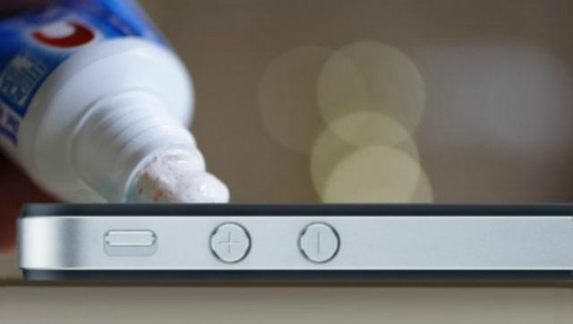 Màn hình của smartphone sẽ dễ dàng bị trầy xước nếu bạn không dán miêng dán bảo vệ. Bạn nên thoa một ít kem đánh răng vào miếng giẻ và sau đó lau cẩn thận lên màn hình bị xước. Sau khi lau sạch kem thì bạn nên lau khô màn hình. Một điều thú vị sẽ khiến bạn bất ngờ.