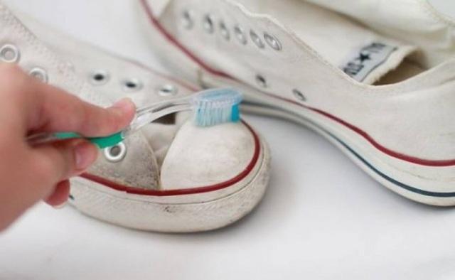 Giày thể thao màu trắng sẽ dễ dàng được lau sạch với kem đánh răng.