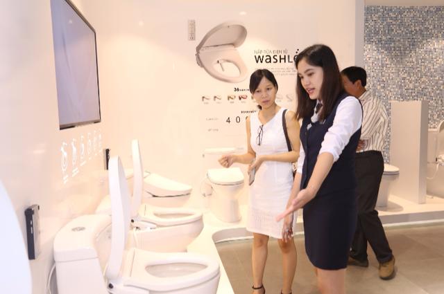 Khách tham quan khu trưng bày dòng sản phẩm Washlet - một trong những thành tựu về công nghệ của ngành thiết bị vệ sinh trên thế giới với nắp rửa điện tử.