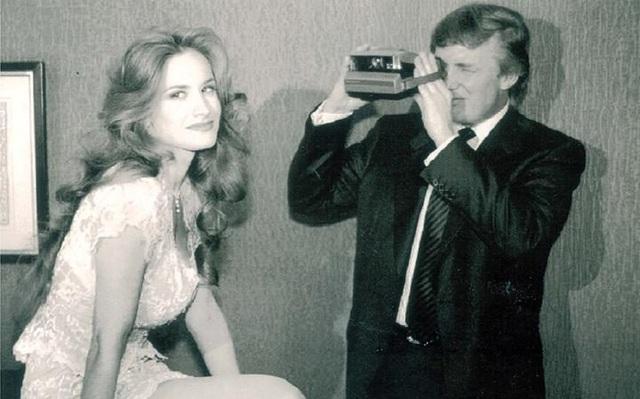 Ông Trump chụp ảnh một người mẫu của Playboy năm 1993. (Ảnh minh họa: Rex)
