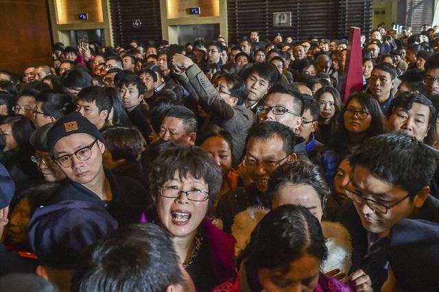 Cảnh đông đúc, chen lấn tại một lễ mở bán căn hộ tại Hàng Châu, tỉnh Chiết Giang. (Ảnh: Dailymail)