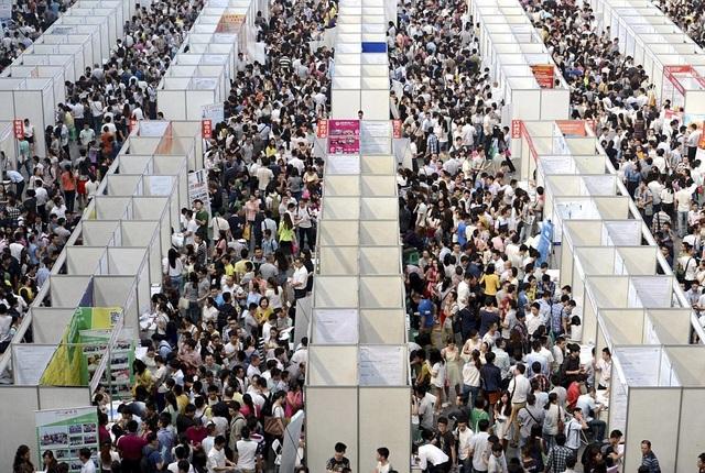 Hàng nghìn người chen lấn tại một hội chợ việc làm ở Trùng Khánh. (Ảnh: Dailymail)