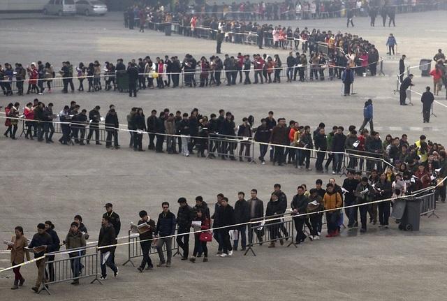 Hơn 500.000 người xếp hàng tham gia hội chợ việc làm ở Hà Nam năm 2014. (Ảnh: Dailymail)