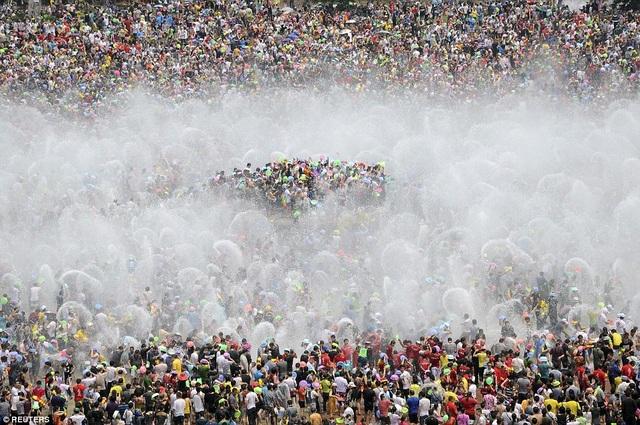 Cảnh đông đúc tại một lễ hội té nước thường niên nhân dịp năm mới ở tỉnh Vân Nam năm 2013. (Ảnh: Reuters)