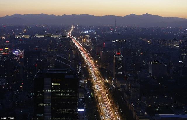 Một tuyến đường tấp nập xe cộ ở Bắc Kinh thời điểm chiều tối năm 2014 . (Ảnh: Reuters)
