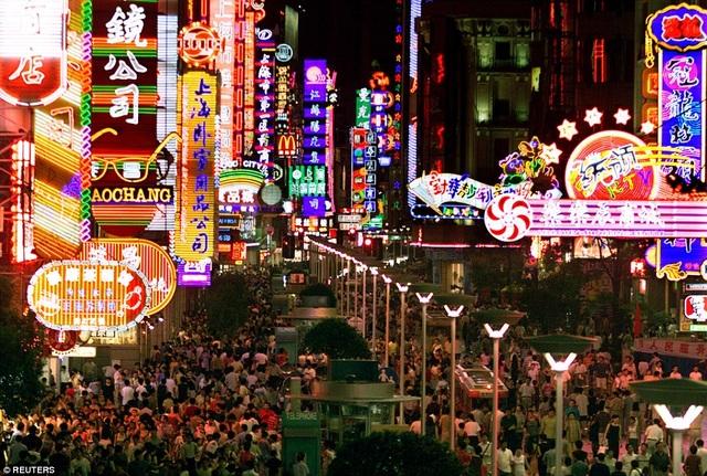 Cảnh đông đúc tại khu trung tâm mua sắm ở đường Nam Kinh, Thượng Hải năm 2001. (Ảnh: Reuters)