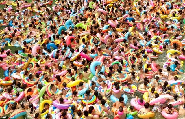 Một bể bơi đông đúc tại tỉnh Tứ Xuyên tháng 8/2015. (Ảnh: Reuters)