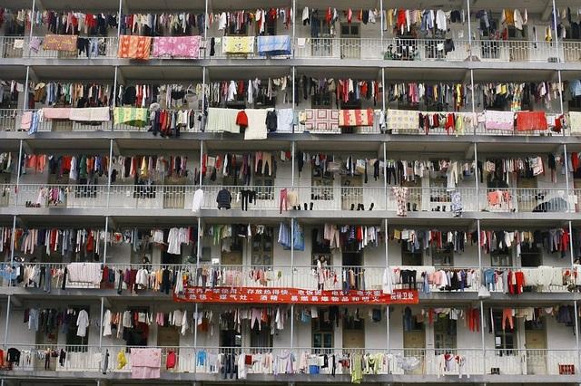 Ký túc xá sinh viên ở Vũ Hán, Hồ Bắc với dây phơi kín đặc quần áo. (Ảnh: Dailymail)