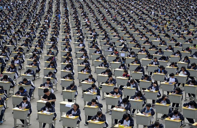 Hơn 1.700 học sinh trung học ở Thiểm Tây làm bài thi ngoài trời do không đủ phòng thi năm 2015. (Ảnh: Dailymail)
