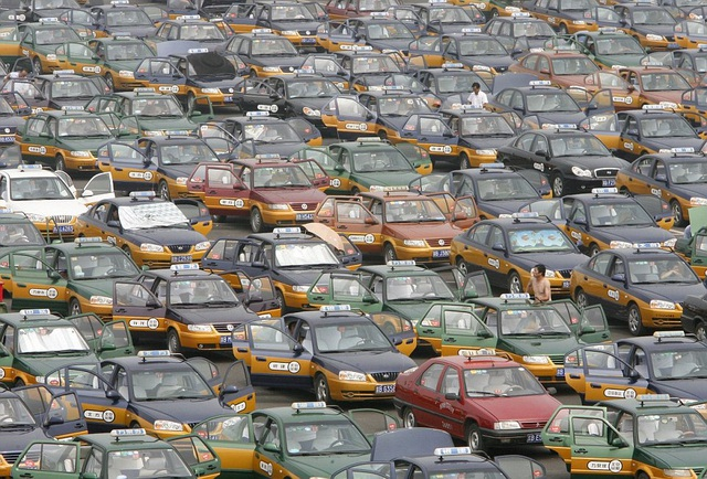 Taxi ken đặc bên ngoài sân bay quốc tế Bắc Kinh để đón khách. (Ảnh: Dailymail)