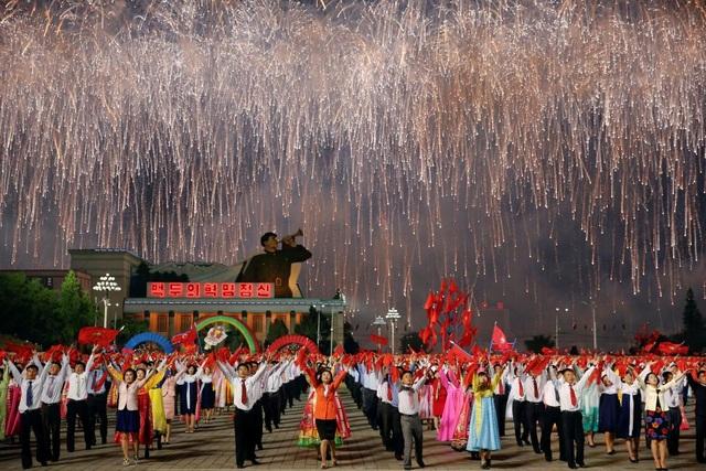 Chương trình đồng diễn nghệ thuật cùng màn bắn pháo hoa hoành tráng tại quảng trường chính ở thủ đô Bình Nhưỡng của Triều Tiên sau khi đảng Lao động Triều Tiên kết thúc kỳ họp đầu tiên sau 36 năm vào ngày 10/5. (Ảnh: Reuters)