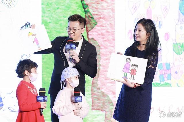 Tô Hữu Bằng và Triệu Vy cùng là khách mời trong một chương trình từ thiện tại Bắc Kinh, Trung Quốc, tối 26/12. Hai ngôi sao nổi tiếng muốn chung tay với nhiều nghệ sĩ khác ủng hộ quỹ từ thiện nhằm giúp đỡ những bệnh nhi của căn bệnh máu trắng.