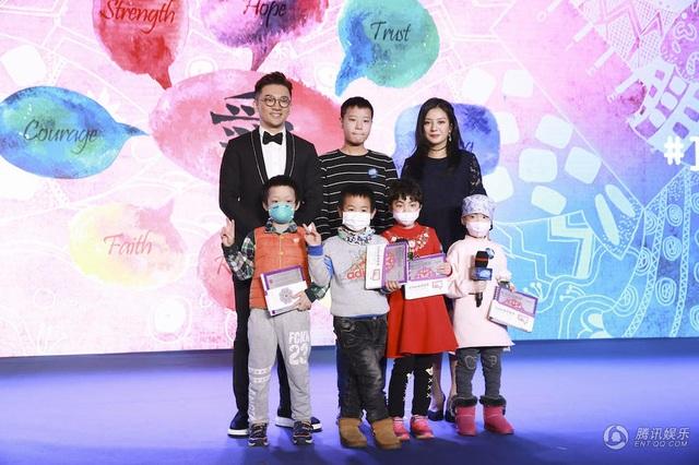 Các em nhỏ mắc bệnh nhận quà từ Triệu Vy và Tô Hữu Bằng. Hai ngôi sao nổi tiếng trở thành bạn từ khi kết đôi trong bộ phim truyền hình Hoàn châu cách cách gần 20 năm trước. Sau bộ phim này, cả hai đều có những bước tiến thuận lợi trong sự nghiệp.