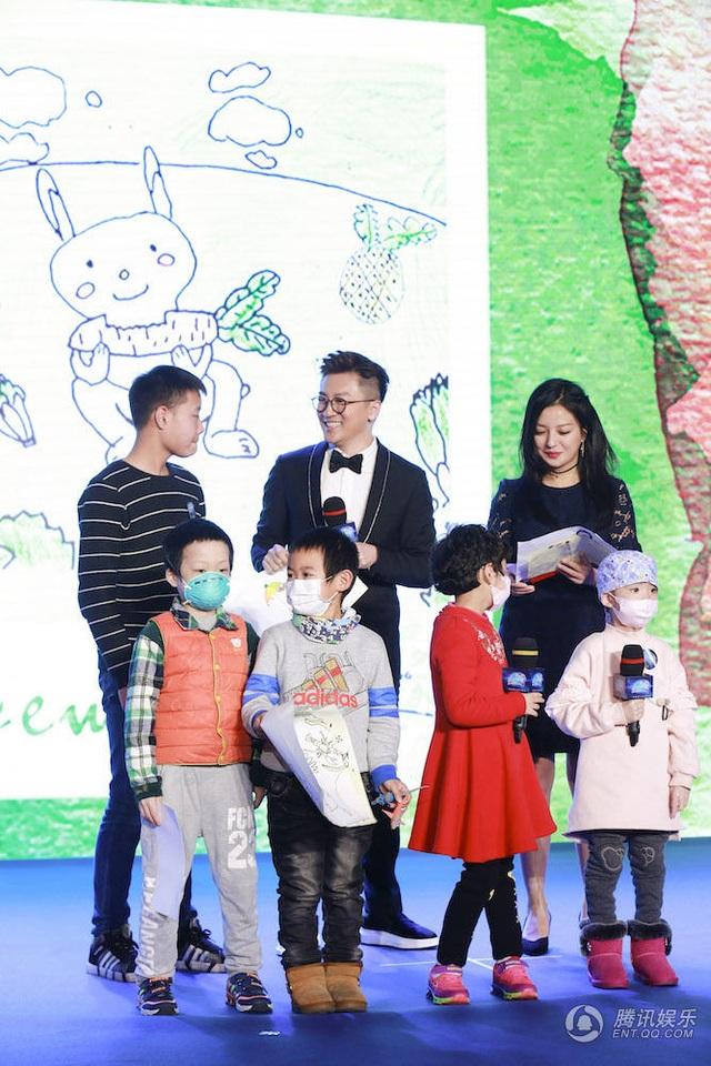 Triệu Vy và Tô Hữu Bằng không chỉ tặng tiền mà còn nhiều quà cho các em nhỏ bị mắc bệnh ung thư máu. Được biết, người khởi xướng quỹ từ thiện này chính là Triệu Vy. Nhiều bạn bè trong làng giải trí tín nhiệm và ủng hộ cô.