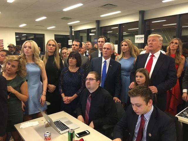 Gia đình ông Trump cùng ekip theo dõi bầu cử tại Trump Tower, New York (Ảnh: Twitter)