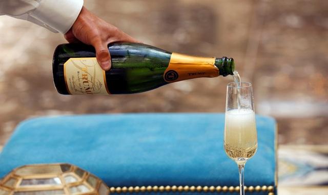 Khách tới đây có thể lựa chọn tại nhiều nhà hàng, như BLT Prime và Benjamin Bar & Lounge. Thương hiệu rượu champagne mang tên Trump cũng được dùng để tiếp đón khách tham dự buổi lễ khai trương khách sạn mới.