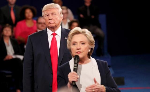 Ứng viên tổng thống đảng Cộng hòa Mỹ Donald Trump nhìn chăm chú đối thủ Hillary Clinton trong cuộc tranh luận trực tiếp ở St. Louis, Missouri, Mỹ hôm 9/10, một tháng trước khi cả hai bước vào cuộc bỏ phiếu quyết định. Tỷ phú Donald Trump cuối cùng đã giành chiến thắng chung cuộc và trở thành tổng thống đời thứ 45 của Mỹ. (Ảnh: Reuters)