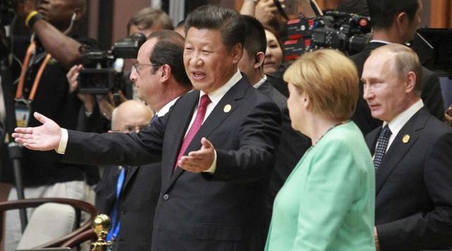 Chủ tịch trung Quốc Tập Cận Bình trò chuyện với Thủ tướng Đức Angela Merkel. (Ảnh: SCMP)