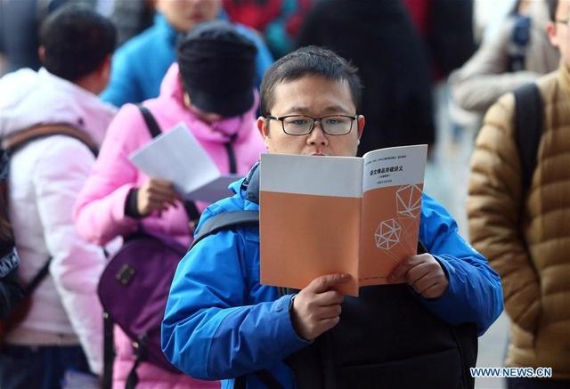 Các thí sinh đợi để tham dự kỳ thi tuyển sinh Cao học tại Trường Đại học Nankai ở Thiên Tân, bắc Trung Quốc ngày 24/12/2016. (Ảnh: Xinhua)