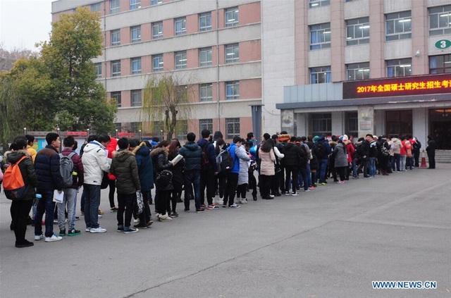 Các thí sinh xếp hàng vào thi đầu vào cao học năm 2017 tại Trường Đại học Nông nghiệp Hà Nam ở Quảng Châu, tỉnh Hà Nam, Trung Quốc. (Ảnh: Xinhua)