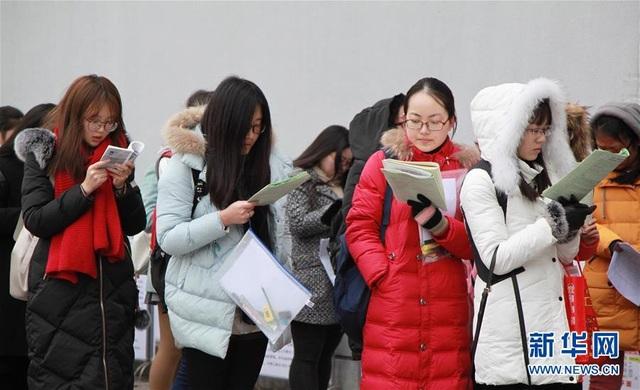 Thí sinh xếp hàng vào phòng thi tuyển sinh Cao học năm 2017 tại Trường Đại học Lâm nghiệp Nam Kinh ở tỉnh Giang Tô, Trung Quốc ngày 24/12/2016. (Ảnh: Xinhua)