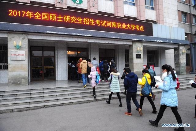 Thí sinh xếp hàng vào phòng thi tuyển sinh Cao học năm 2017 tại Trường Đại học Nông nghiệp Hà Nam, tỉnh Hải Nam, Trung Quốc ngày 24/12/2016. (Ảnh: Xinhua)