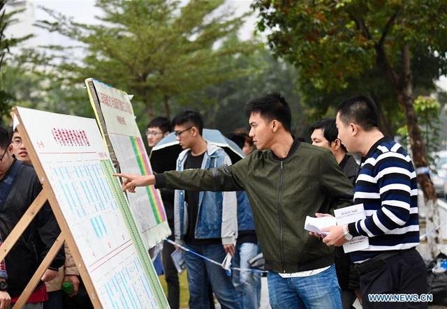 Thí sinh tìm phòng thi trước khi tham dự kỳ thi tuyển sinh Cao học năm 2017 tại Trường Đại học Hải Nam ở tỉnh Hải Nam, Trung Quốc ngày 24/12/2016. (Ảnh: Xinhua)
