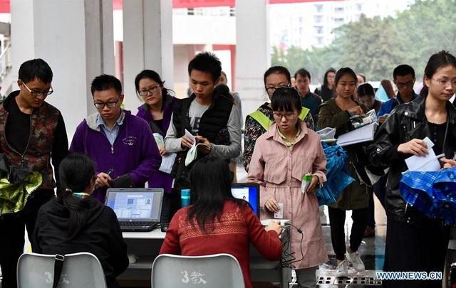 Thí sinh chuẩn bị bước vào phòng thi tuyển sinh Cao học năm 2017 tại Trường Đại học Hải Nam ở tỉnh Hải Nam, Trung Quốc ngày 24/12/2016. (Ảnh: Xinhua)