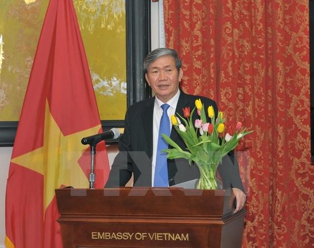 Ông Đinh Thế Huynh đến thăm và thông báo cho các cán bộ, nhân viên Đại sứ quán Việt Nam tại Hoa Kỳ. (Ảnh: Thanh Tuấn/TTXVN)