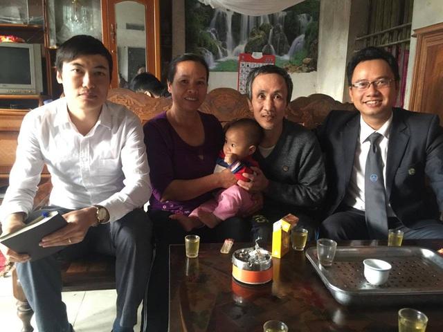 Vợ chồng ông Long và 2 luật sư tham gia trợ giúp