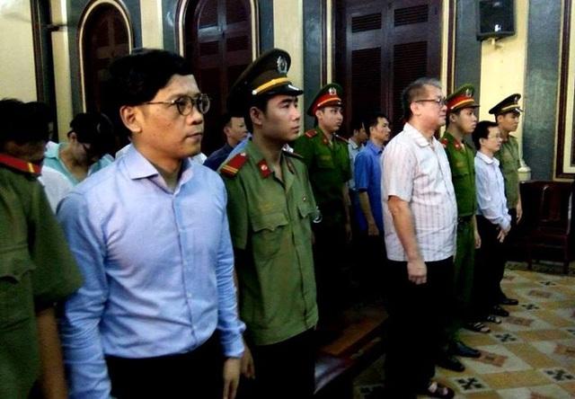 Phạm Công Danh và các bị cáo nguyên là lãnh đạo VNCB tại tòa sáng nay.