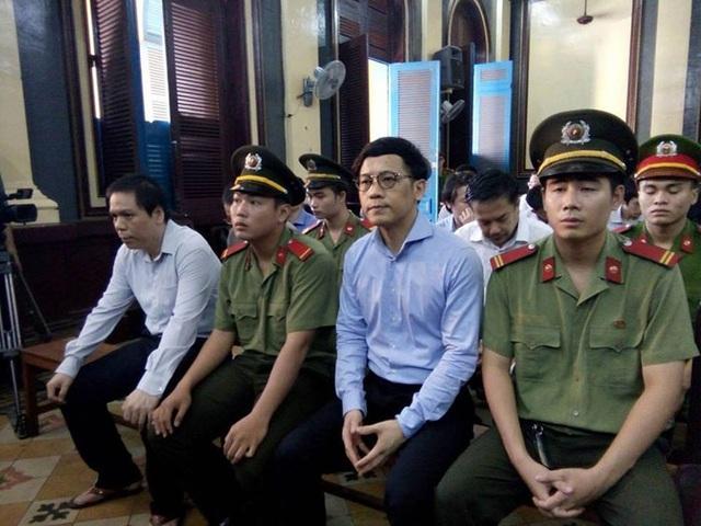Bị cáo Phan Thành Mai, nguyên Tổng giám đốc VNCB (thứ hai từ phải sang)