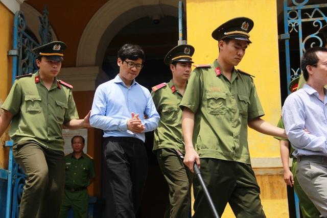 Hai bị cáo Phạm Công Danh và Phan Thành Mai rời tòa sau khi kết thúc phiên xử buổi sáng