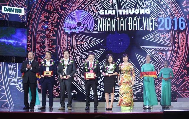 Ông Chu Ngọc Anh - Bộ trưởng Bộ Khoa học - Công nghệ và bà Dương Thị Mai Hoa - Tổng giám đốc Tập đoàn VinGroup trao giải Nhì CNTT.