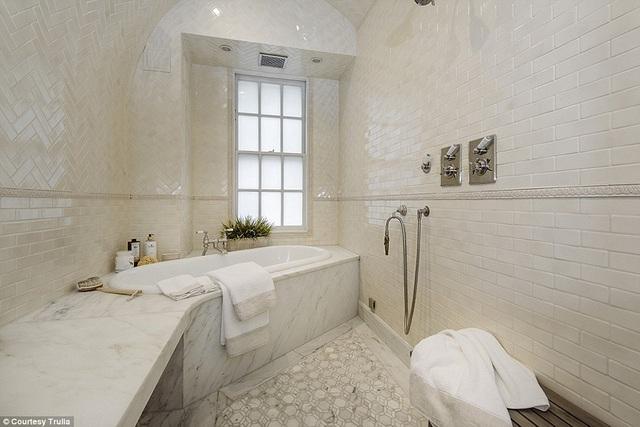 Phòng tắm lát đá rất sang trọng
