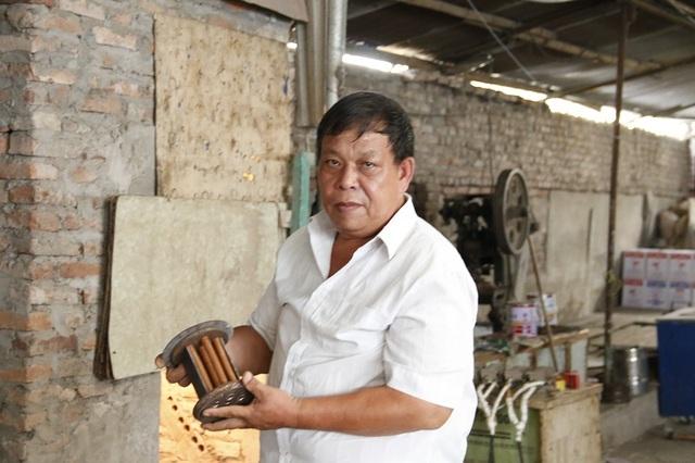 Anh Phạm Gia Tuấn trong xưởng chế tạo của mình.
