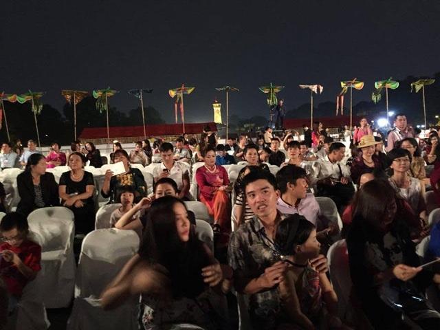 Đông đảo khán giả đến với đêm diễn.