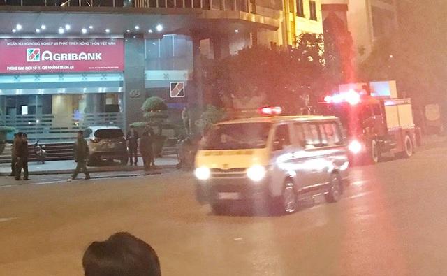 Chiếc xe cứu thương đầu tiên rời hiện trường vụ cháy