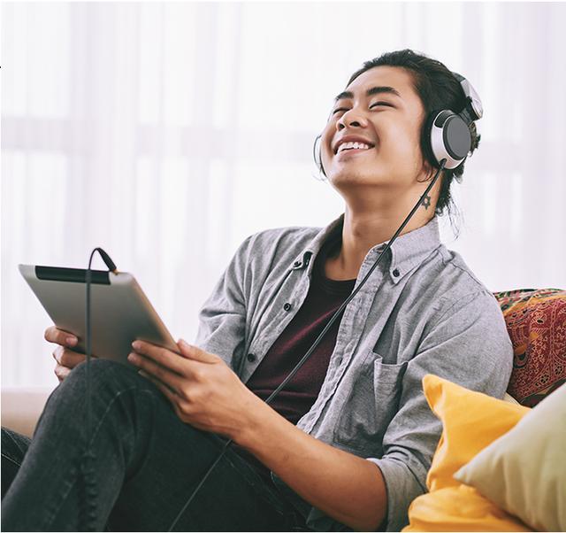 Với MOOV, các bạn trẻ yêu âm nhạc đã có thể thỏa sức trải nghiệm những nội dung giải trí chất lượng cao mọi lúc, mọi nơi, thậm chí không cần kết nối Internet.