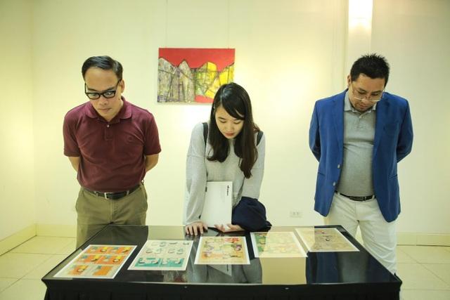 Người yêu nghệ thuật tham quan phòng triển lãm DAS 5