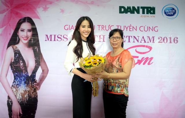 Trưởng đại diện báo Dân trí phía Nam tặng hoa tới hoa hậu Nam Em
